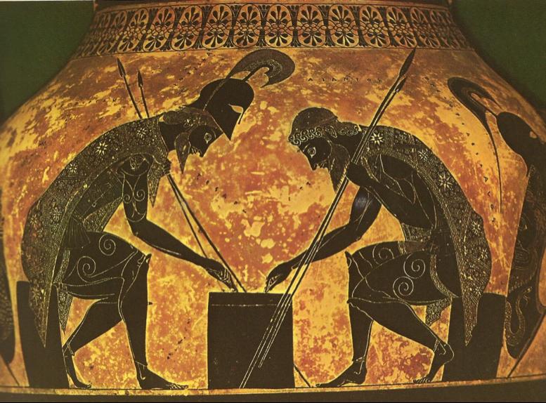 Cerámica de figuras negras (Exequias, 550-530 a.C., Museos Vaticanos). Aquiles y Áyax entrenan la mente con un juego de mesa. La estrategia, el azar, las capas estrelladas y los escudos de animales entrelazan la vida cotidiana del guerrero con la guerra cotidiana de la vida (macro y microcosmos reflejan ambos un orden superior e invisible).